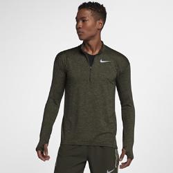 Мужская беговая футболка с длинным рукавом и молнией до середины груди Nike Dri-FIT ElementМужская беговая футболка с длинным рукавом и молнией до середины груди Nike Dri-FIT Element идеально подходит для пробежек в прохладную погоду, сохраняя тепло и препятствуяперегреву.Стандартный крой повторяет изгибы тела, обеспечивая свободную и удобную посадку.  Тепло и вентиляция  Ткань с более открытым плетением на спине обеспечивает вентиляцию и не прилипает к телу. Молния до середины груди позволяет регулировать уровень вентиляции, обеспечивая защиту на пробежке и после нее.  Свобода движений  Отверстия для больших пальцев фиксируют рукава для дополнительной защиты в холодную погоду. Рукава покроя реглан и швы, повторяющие форму рук, для естественной свободы движений.  Отведение влаги  Мягкая ткань с технологией Dri-FIT отводит влагу от кожи на поверхность, где она быстро испаряется.<br>