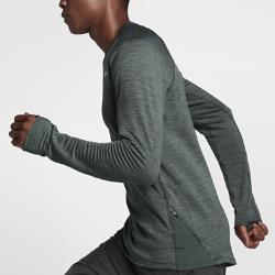 Мужская беговая футболка с длинным рукавом Nike Therma Sphere ElementМужская беговая футболка с длинным рукавом Nike Therma Sphere Element — теплая и комфортная классическая модель для пробежек в холодную погоду.  Тепло и комфорт  Мягкая, напоминающая флис ткань Nike Therma Sphere удерживает тепло тела. Ткань с технологией Dri-FIT отводит влагу от кожи, обеспечивая комфорт.  Создано для комфорта  Манжеты с отверстиями для больших пальцев не дают рукавам смещаться во время движения, позволяя сосредоточиться на пробежке.  Бери с собой все необходимое  Передний карман на молнии у левой нижней кромки для надежного хранения ключей, пластиковых карт и наличных денег во время пробежки.<br>