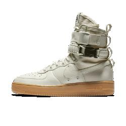 Женские ботинки Nike SF Air Force 1Самая совершенная версия AF1: женские ботинки Nike SF Air Force 1. Эта обувь, вдохновленная ботинками Nike Special Field, привносит стиль «милитари» в повседневную жизнь.<br>