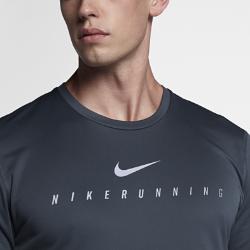 Мужская светоотражающая беговая футболка с коротким рукавом Nike Miler FlashМужская светоотражающая беговая футболка с коротким рукавом Nike Miler Flash из влагоотводящей ткани с мягким начесом на изнаночной стороне идеально подходит для пробежек в прохладную погоду. Светоотражающая графика на рукавах и груди делает тебя заметнее.<br>