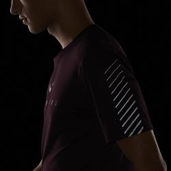 Мужская беговая футболка с коротким рукавом Nike Miler FlashМужская беговая футболка с коротким рукавом Nike Miler Flash из влагоотводящей ткани с мягким начесом на изнаночной стороне идеально подходит для пробежек в прохладную погоду. Светоотражающая графика на рукавах и груди делает тебя заметнее.<br>