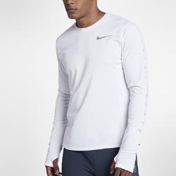 Мужская беговая футболка с длинным рукавом Nike Miler FlashМужская беговая футболка с длинным рукавом Nike Miler Flash из влагоотводящей ткани с мягким начесом на изнаночной стороне идеально подходит для утренних и вечерних пробежек в холодную погоду. Светоотражающая графика на рукавах и нижней кромке сзади делает тебя заметнее.<br>
