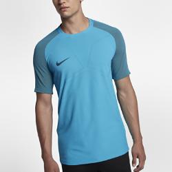 Мужская игровая футболка с коротким рукавом Nike Strike AeroSwift StrikeМужская игровая футболка с коротким рукавом Nike AeroSwift Strike из легкой дышащей ткани обеспечивает свободу движений при игре на максимальной скорости.  ОХЛАЖДЕНИЕ  Ткань с технологией Nike AeroSwift обеспечивает охлаждение во время интенсивной игры. Она очень легкая и обеспечивает дополнительную вентиляцию в зонах повышенного тепловыделения.  СВОБОДА ДВИЖЕНИЙ  Эластичная рубчатая ткань на задней части рукавов и в области плеч не ограничивает движений при беге и прыжках. Боковые полосы из эластичной ткани в области корпуса открывают цветовые акценты при растягивании.<br>