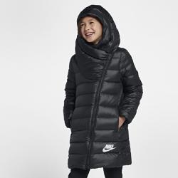 Куртка с пуховым наполнителем для девочек школьного возраста Nike SportswearЗАЩИТА ОТ ХОЛОДА СОЗДАНО ДЛЯ ХОЛОДНОЙ ПОГОДЫ  Куртка с пуховым наполнителем для девочек школьного возраста Nike Sportswear отлично защищает от холода. Легкий пуховый наполнитель и водоотталкивающее покрытие обеспечивают тепло и комфорт.  АБСОЛЮТНОЕ ТЕПЛО  Невероятно теплый и легкий наполнитель из утиного пуха 550.  ЗАЩИТА ОТ НЕПОГОДЫ  Прочное водоотталкивающее покрытие внешнего слоя защищает от дождя. Большой капюшон особой формы закрывает голову и шею. Молния и утягивающий шнурок позволяют регулировать степень защиты.<br>