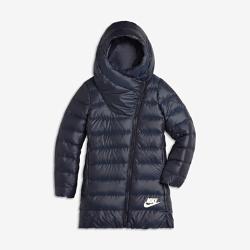 Куртка с пуховым наполнителем для девочек школьного возраста Nike SportswearКуртка с пуховым наполнителем для девочек школьного возраста Nike Sportswear отлично защищает от холода. Легкий пуховый наполнитель и водоотталкивающее покрытие обеспечивают тепло и комфорт.  АБСОЛЮТНОЕ ТЕПЛО  Невероятно теплый и легкий наполнитель из утиного пуха 550.  ЗАЩИТА ОТ НЕПОГОДЫ  Прочное водоотталкивающее покрытие внешнего слоя защищает от дождя. Большой капюшон особой формы закрывает голову и шею. Молния и утягивающий шнурок позволяют регулировать степень защиты.<br>