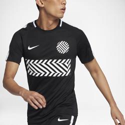 Мужская игровая футболка с коротким рукавом Nike Dry AcademyМужская игровая футболка с коротким рукавом Nike Dry Academy из влагоотводящей ткани со вставкой из сетки на спине обеспечивает вентиляцию и комфорт.<br>