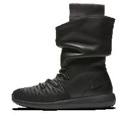 Женская обувь Nike Roshe Two Flyknit HiЛегкая и невероятно удобная женская обувь Nike Roshe Two Flyknit Hi с теплым плотно прилегающим верхом, водоотталкивающим покрытием и кожаными накладками обеспечивает теплов самую холодную погоду.  Поддержка и защита от холода  Мягкий материал Flyknit с уникальным плетением плотно облегает стопу, обеспечивая защиту от холода. Плотная регулируемая посадка обеспечивает гибкость, воздухопроницаемость и поддержку там, где это необходимо. Кожаные отвороты и мягкий бортик создают дополнительную защиту от холода.  Защита от дождя  Прочное водоотталкивающее покрытие DWR защищает от влаги и обеспечивает комфорт в самых сложных погодных условиях.  Мягкость и комфорт  Подошва из трех видов пеноматериала разной плотности для превосходной амортизации на весь день. Стелька из медленно восстанавливающего форму пеноматериала обеспечивает комфорт при каждом шаге.  Подробнее  Плотно прилегающий верх можно поднять или загнуть для создания уникального стиля Верх из эластичного материала для мягкости и гибкости Регулируемые нити Flywire обеспечивают адаптивную посадку Литой рисунок подметки для гибкости и прочности  ИСТОКИ FLYKNIT  При создании технологии Nike Flyknit специалисты опирались на просьбы атлетов создать обувь, которая бы практически не ощущалась на ноге и сидела словно вторая кожа. Команда программистов, инженеров и дизайнеров Nike в течение 4 лет разрабатывали технологию, которая позволит повысить износостойкость ткани для верха кроссовок и позволит ей дольше сохранять форму. Им удалось довести разработку до совершенства с учетом всех требований к поддержке, эластичности и воздухопроницаемости. Результатом работы стала суперлегкая и практически бесшовная ткань верха, обеспечивающая оптимальное прилегание.<br>