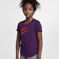 Футболка для девочек школьного возраста Nike Sportswear FuturaФутболка для девочек школьного возраста Nike Sportswear Futura из ультрамягкой смесовой ткани обеспечивает комфорт на весь день.<br>