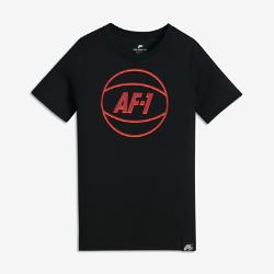 Футболка для мальчиков школьного возраста Nike SportswearФутболка для мальчиков школьного возраста Nike Sportswear из мягкой ткани с фирменной графикой Air Force 1 обеспечивает комфорт во время тренировок и занятий в школе.<br>