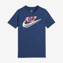 Футболка для мальчиков школьного возраста Nike SportswearФутболка для мальчиков школьного возраста Nike Sportswear из невероятно мягкого и прочного хлопка с фирменными деталями Air Max обеспечивает комфорт на каждый день.<br>