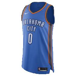Мужское джерси Nike НБА Russell Westbrook Icon Edition Authentic Jersey (Oklahoma City Thunder) с технологией NikeConnectСозданное в стиле игровой формы НБА мужское джерси Nike НБА Icon Edition Authentic Jersey (Oklahoma City Thunder) с технологией NikeConnect выполнено из ткани AeroSwift. Оно объединяет инновационные функции и материалы, обеспечивая точную посадку и свободу движений величайшим игрокам главной баскетбольной лиги мира. Войди в игру Джерси Nike НБА с технологией NikeConnect дает удобный доступ к информации об атлетах и уникальных предложениях, а также шанс стать ближе к любимой игре. Загрузи приложение NikeConnect и отсканируй этикетку на нижней кромке своего джерси с помощью смартфона. Вентиляция, комфорт и свобода движений Быстросохнущая ткань с лазерной перфорацией не прилипает к телу и обеспечивает легкость и комфорт. Разрезы в нижней кромке, расположенные под углом плечевые швы иособый крой пройм не ограничивают движений. Система Nike Vapor Uniform Представляем революцию в области посадки, кроя и функциональности: система Nike Vapor Uniform с технологией AeroSwift — это высокотехнологичные материалы, разработанные для комфорта, вентиляции и свободы движений. Информация о товаре  Фирменная символика команды и игрока из ткани PowerTwill с аутентичной зигзагообразной строчкой Горловина и проймы отделаны кантом для прочности и аккуратного внешнего вида Состав: 100% переработанный полиэстер Машинная стирка Импорт<br>
