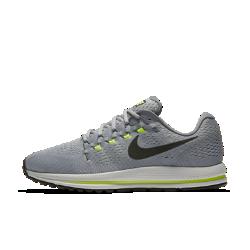 Мужские беговые кроссовки Nike Air Zoom Vomero 12 (на широкую ногу)Мужские беговые кроссовки Nike Air Zoom Vomero 12 обеспечивают мягкую и упругую амортизацию для новых рекордов скорости.  Мягкость  Мягкий бортик обеспечивает поддержку голеностопа, а толстые подошва и стелька отвечают за непревзойденно мягкую амортизацию.  Оптимальная амортизация  Вставки Nike Zoom Air в области пятки и в передней части обеспечивают упругую амортизацию для комфорта во время бега.  Защита от ударных нагрузок  Более легкая и прочная подметка обеспечивает больший возврат энергии в сравнении с предыдущими версиями. Резиновые накладки сбоку защищают от ударных нагрузок.<br>