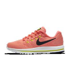 Женские беговые кроссовки Nike Air Zoom Vomero 12Женские беговые кроссовки Nike Air Zoom Vomero 12 обеспечивают мягкую и упругую амортизацию для новых рекордов скорости.  Мягкость  Мягкий бортик обеспечивает поддержку голеностопа, а толстые подошва и стелька отвечают за непревзойденно мягкую амортизацию.  Оптимальная амортизация  Вставки Nike Zoom Air в области пятки и в передней части обеспечивают упругую амортизацию для комфорта во время бега.  Защита от ударных нагрузок  Более легкая и прочная подметка обеспечивает больший возврат энергии в сравнении с предыдущими версиями. Амортизирующая прокладка из обновленной резины смягчаетударные нагрузки.<br>