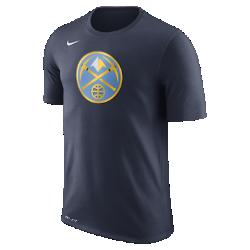 Мужская футболка НБА Denver Nuggets Nike Dry LogoМужская футболка НБА Denver Nuggets Nike Dry Logo из ткани Dri-FIT обеспечивает комфорт во время игры и на каждый день. Преимущества  Ткань Nike Dry отводит влагу и обеспечивает комфорт Горловина из рубчатой ткани для дополнительной прочности  Информация о товаре  Печатный логотип команды с блестящими акцентами Состав: 58% хлопок/42% полиэстер Машинная стирка Импорт<br>