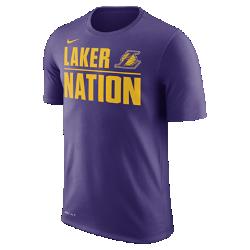 Мужская футболка НБА Los Angeles Lakers Nike DryМужская футболка НБА Los Angeles Lakers Nike Dry из влагоотводящей ткани Dri-FIT обеспечивает комфорт, когда ты играешь или болеешь за любимую команду. Преимущества  Ткань Nike Dry отводит влагу и обеспечивает комфорт Горловина из рубчатой ткани для дополнительной прочности  Информация о товаре  Состав: 65% хлопок/35% полиэстер Машинная стирка Импорт<br>