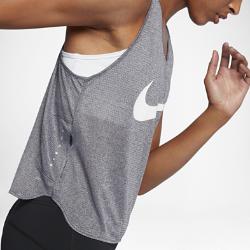 Женская беговая футболка Nike (City)Женский топ для бега Nike (City) из дышащей влагоотводящей сетки со свободным кроем обеспечивает комфорт и свободу движений от старта до финиша.<br>