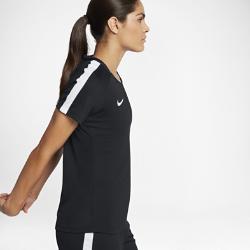 Женская игровая футболка с коротким рукавом Nike Dry AcademyЖенская игровая футболка с коротким рукавом Nike Dry Academy из легкой влагоотводящей ткани со вставками из сетки обеспечивает вентиляцию и комфорт во время игры.<br>