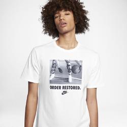 """Мужская футболка Nike Sportswear """"Order Restored""""Мужская футболка Nike Sportswear """"Order Restored"""" из мягкого и прочного хлопка обеспечивает комфорт на весь день.<br>"""