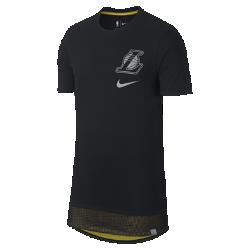 Мужская футболка НБА Los Angeles Lakers NikeМужская футболка НБА Los Angeles Lakers Nike из мягкого хлопка с двухслойной нижней кромкой и удобной посадкой обеспечивает комфорт на трибуне или на площадке. Информация о товаре  Удлиненная нижняя кромка яркого цвета видна под вставкой из сетки Светоотражающая графика на груди слева Состав: 100% хлопок Машинная стирка Импорт<br>