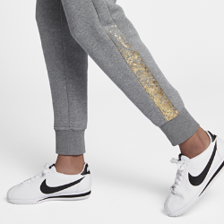 Женские брюки Nike Sportswear RallyThe Nike Sportswear Rally Womens Metallic Pants are made with soft fleece for all-day comfort.<br>