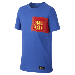 Игровая футболка для детей школьного возраста FC Barcelona CrestИгровая футболка для детей школьного возраста FC Barcelona Crest с клубной символикой на мягкой и комфортно хлопковой ткани отдает дань уважения любимой команде.<br>
