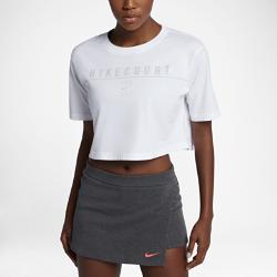 Женская теннисная футболка с логотипом NikeCourtЖенская теннисная футболка с логотипом NikeCourt создает стильный образ благодаря свободному укороченному крою.<br>