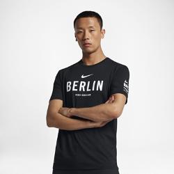 Мужская футболка Nike Dry Run Club (Berlin)Мужская футболка Nike Dry Run Club (Berlin) из мягкой влагоотводящей ткани дополнена яркой графикой, посвященной пробежкам по мегаполису.<br>