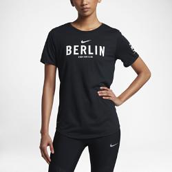 Женская футболка Nike Dry Run Club (Berlin)Женская футболка Nike Dry Run Club (Berlin) из мягкой влагоотводящей ткани дополнена яркой графикой, посвященной пробежкам по мегаполису.<br>