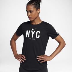 Женская беговая футболка Nike Dry NRC (NYC)Женская беговая футболка Nike Dry NRC (NYC) из мягкой влагоотводящей ткани дополнена графикой, посвященной спортивным традициям города.<br>