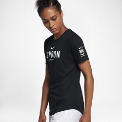 Женская футболка Nike Dry Run Club (London)Женская футболка Nike Dry Run Club (London) из мягкой влагоотводящей ткани дополнена яркой графикой, посвященной пробежкам по мегаполису.<br>
