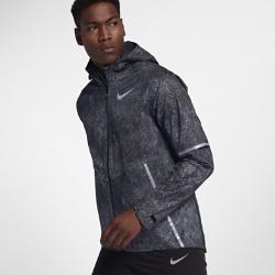 Мужская беговая куртка Nike Zonal AeroShield Energy SolsticeМужская беговая куртка Nike Zonal AeroShield Energy Solstice сочетает защиту от дождя и ветра с зональной вентиляцией. Примененная в ключевых зонах новая технология Nike AeroShield отводит излишки тепла, позволяет влаге испаряться и защищает от непогоды.Эта версия дополнена светоотражающим принтом, напоминающим лунную поверхность.  Легкость и воздухопроницаемость  Материал с технологией Nike AeroShield, из которого выполнен капюшон и вставки в области груди и верхней части спины, состоит из трех слоев. Средний слой представляет собой мембрану из ультратонких нановолокон, сотканных методом электропрядения. В итоге получается невероятно легкий и дышащий материал, отводящий влагу и излишки тепла.  Защита  Рукава и нижняя половина куртки из ткани Nike HyperShield защищают от ветра и дождя. Герметичные швы и материал Nike AeroShield, из которого выполнен капюшон и вставки в области груди и верхней части спины, обеспечивают абсолютную защиту от непогоды.  Надежное хранение  Боковые карманы на молнии для надежного хранения и защиты от влаги телефона, наличных денег и других важных мелочей. Подкладка карманов из сетки усиливает циркуляцию воздуха.<br>