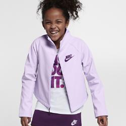 Куртка для девочек школьного возраста Nike SportswearКуртка для девочек школьного возраста Nike Sportswear из легкой ткани с прочным водоотталкивающим покрытием обеспечивает комфорт и защиту от дождя.  Комфорт  Внешний слой куртки из смесовой ткани на основе хлопка и нейлона с водоотталкивающим покрытием обеспечивает комфорт при небольшом дожде.  Тепло и удобное сочетание  Высокий воротник защищает шею от холода, а свободный силуэт идеально сочетается с футболками.<br>