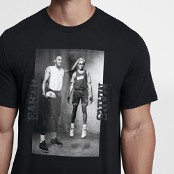 Мужская футболка Jordan Sportswear Mars Blackmon PhotoМужская футболка Jordan Sportswear Mars Blackmon Photo из мягкой ткани джерси обеспечивает комфорт.<br>