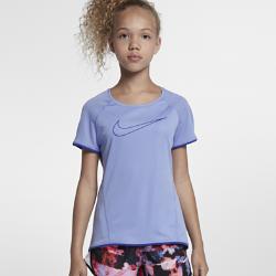 Беговая футболка для девочек школьного возраста Nike DryБеговая футболка для девочек школьного возраста Nike Dry из влагоотводящей ткани со вставками из сетки обеспечивает охлаждение и комфорт от старта до финиша.<br>