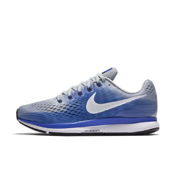 Мужские беговые кроссовки Nike Air Zoom Pegasus 34 (на очень широкую ногу)Мужские беговые кроссовки Nike Air Zoom Pegasus 34 с обновленным верхом из более легкого и дышащего материала Flymesh подойдут как для начинающих, так и для опытных бегунов. Проверенные временем амортизация и поддержка давно полюбились бегунам.  Воздухопроницаемость и комфорт  Цельный верх из легкого и дышащего материала Flymesh позволяет избежать перегрева. Эта версия материала Flymesh более легкая, но обеспечивает по-прежнему отличную поддержку по всей стопе.  Надежная посадка  Невероятно прочные нити Flywire, интегрированные в систему шнуровки, обхватывают стопу для поддержки, плотной посадки и надежной фиксации. Жесткий задник создает дополнительную стабилизацию.  Мгновенная амортизация  Амортизирующий пеноматериал со вставками Zoom Air в области пятки и передней части стопы придает импульс каждому шагу.<br>