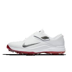 Мужские кроссовки для гольфа TW 17Мужские кроссовки для гольфа Nike Air Zoom TW17обеспечивают легкость и мгновенную амортизацию для мощного свинга.  Надежная фиксация  Технология Flywire и инновационная система ремешков плотно облегают стопу, обеспечивая надежную фиксацию и стабилизацию. Система быстрой шнуровки позволяет не отвлекаться от игры.  Мгновенная амортизация  Мягкая подошва из пеноматериала Phylon со вставкой Nike Zoom Air в области пятки обеспечивает мгновенную амортизацию.  Эффективное движение  Супинатор из углеродного волокна передает энергию во время свинга и на протяжении всей игры.<br>