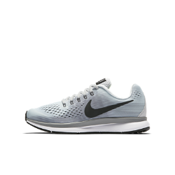 Беговые кроссовки для дошкольников/школьников Nike Zoom Pegasus 34Беговые кроссовки для дошкольников/школьников Nike Zoom Pegasus 34 обеспечивают упругую амортизацию, комфорт и надежную фиксацию стопы, помогая развивать потрясающую скорость во время ежедневных пробежек и важных соревнований.<br>