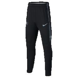 Футбольные брюки для мальчиков школьного возраста Nike Dry CR7 SquadФутбольные брюки для мальчиков школьного возраста Nike Dry CR7 Squad из эластичной влагоотводящей ткани обеспечивают комфорт и полную свободу движений во время тренировок.  Преимущества  Технология Dri-FIT отводит влагу и обеспечивает комфорт Эластичная ткань не сковывает движений Эластичный пояс фиксирует посадку Боковые карманы на молнии для надежного хранения мелочей  Информация о товаре  Состав: основа: Dri-FIT 91% полиэстер/9% спандекс. Подкладка карманов: Dri-FIT 100% полиэстер. Машинная стирка Импорт<br>