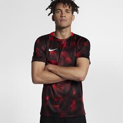 Мужская игровая футболка с коротким рукавом Nike Dry SquadМужская игровая футболка с коротким рукавом Nike Dry Squad из легкой влагоотводящей ткани обеспечивает комфорт во время игры.  КОМФОРТ  Технология Nike Dri-FIT отводит влагу от кожи на поверхность ткани, где она быстро испаряется.<br>