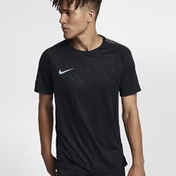 Мужская игровая футболка с коротким рукавом Nike Dry CR7 SquadМужская игровая футболка с коротким рукавом Nike Dry CR7 Squad из легкой влагоотводящей ткани обеспечивает комфорт во время игры. Спереди и сзади нанесена графика в стилеКриштиану Роналду.  КОМФОРТ  Технология Nike Dri-FIT отводит влагу от кожи на поверхность ткани, где она быстро испаряется.<br>