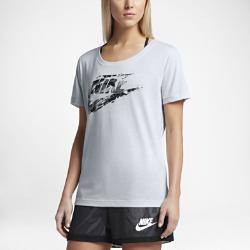 Женская футболка с логотипом Nike SportswearЖенская футболка с логотипом Nike Sportswear Scoop из мягкой ткани обеспечивает длительный комфорт.<br>