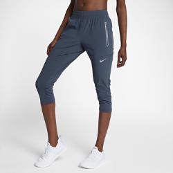Женские беговые капри Nike SwiftЖенские беговые капри Nike Swift позволяют ощущать комфорт, когда ты выходишь на пробежку, занимаешься повседневными делами или встречаешься с друзьями. Легкие эластичные материалы повторяют движения тела и отводят влагу, обеспечивая длительный комфорт. Зауженные штанины можно подтянуть до коленей, чтобы изменить образ.  УНИВЕРСАЛЬНЫЙ ДИЗАЙН  Благодаря свободному крою от талии до колен и менее облегающей посадке по сравнению с традиционными беговыми тайтсами можно не переодеваться после пробежки. Эластичный тканый материал на основе ткани Nike Flex плотно прилегает к телу и не растягивается. Эластичная поддерживающая ткань Nike Power плотно прилегает в области икр, не смещаясь и не мешая во время движения.  ИННОВАЦИОННЫЕ КАРМАНЫ  Боковые карманы на молнии, прикрепленные к изнаночной стороне брюк, позволяют надежно хранить ключи, карты и прочие важные мелочи.  КОМФОРТ  Технология Dri-FIT обеспечивает прохладу и комфорт, выводя влагу на поверхность ткани, где она быстро испаряется.<br>