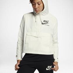 Женская куртка из тканого материала Nike SportswearЖенская куртка из тканого материала Nike Sportswear надевается через голову и обеспечивает удобную посадку благодаря регулируемым капюшону, манжетам и нижней кромке.<br>