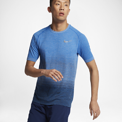 Мужская беговая футболка с коротким рукавом Nike Dri-FITМужская беговая футболка с коротким рукавом Nike Dri-FIT из влагоотводящей ткани с зонами усиленной вентиляции обеспечивает ощущение прохлады и комфорта. Практически бесшовная конструкция для ощущения мягкости и комфорта на всей дистанции.<br>