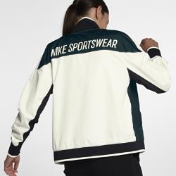 Женская куртка из тканого материала Nike Sportswear ArchiveЖенская куртка из тканого материала Nike Sportswear Archive с классическим силуэтом из влагонепроницаемой ткани обеспечивает комфорт и защищает даже от сильного дождя. Свободный крой создает дополнительное пространство для полного комфорта и свободы движений.  Преимущества  Тканый материал с влагонепроницаемым покрытием  Свободный крой для комфорта и свободы движений Воротник, манжеты и нижняя кромка из прочной рубчатой ткани фиксируют посадку Удобно снимать и надевать благодаря молнии во всю длину Боковые карманы  Информация о товаре  Состав: основа: 100% полиэстер. Рубчатая ткань: 99% полиэстер/1% спандекс. Машинная стирка Импорт<br>