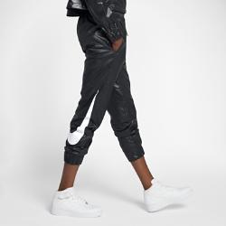Женские тканые брюки Nike Sportswear SwooshЖенские брюки Nike Sportswear Swoosh из гладкого тканого материала со свободным кроем обеспечивают комфорт на весь день.<br>