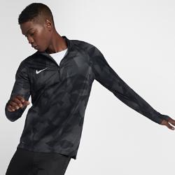Мужская игровая футболка Nike Shield Squad DrillМужская игровая футболка Nike Shield Squad Drill обеспечивает тепло и комфорт в сложных погодных условиях. Специальная ткань защищает от ветра и влаги и не сковывает движений.  ЗАЩИТА ОТ НЕПОГОДЫ  Ткань Nike Shield защищает от ветра и влаги, обеспечивая комфорт и позволяя сосредоточиться на игре.  СВОБОДА ДВИЖЕНИЙ  Футболка не сковывает движений во время бега, рывков и прыжков благодаря эластичной ткани.<br>