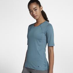 Женская футболка с коротким рукавом Nike Pro HyperCoolЖенская футболка с коротким рукавом Nike Pro HyperCool обеспечивает вентиляцию и комфорт во время тренировки благодаря влагоотводящей ткани и продуманному расположению вставок из сетки.  Новая конструкция с плотной посадкой  Модели верха Nike Pro с абсолютно новым плотно прилегающим кроем обеспечивают комфорт и свободу движений. В ткани не применяются технологии компрессии, а посадка стала более свободной. Подробнее см. в таблице размеров.<br>