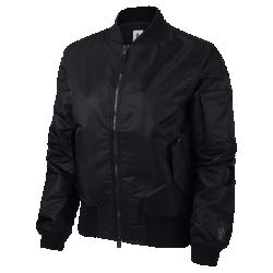 Женская куртка NikeLab Essentials BomberЖенская куртка NikeLab Essentials Bomber из тканого водоотталкивающего материала обеспечивает классическую посадку. Такие современные детали, как быстро расстегивающаяся молния и магнитные застежки на карманах, выводят куртку в стиле MA-1 на новый уровень.  Удобно снимать и надевать  Быстро расстегивающаяся молния позволяет с легкостью снимать куртку, а благодаря отстегивающемуся внутреннему ремешку куртку можно носить с собой, когда станет жарко.  Удобное хранение  Карман с клапаном на рукаве дополняет классический образ и обеспечивает надежное хранение. Боковые прорезные карманы с магнитными застежками для надежного хранения.  Продуманный крой рукавов  Сборки на внутренней стороне рукава обеспечивают удобное прилегание и свободу движений.<br>