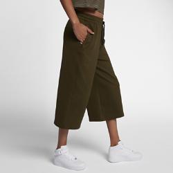 Женские брюки NikeLab Essentials CulottesЖенские брюки NikeLab Essentials Culottes из легкой, воздухопроницаемой и эластичной ткани со свободным укороченным кроем идеально подходят для теплой погоды.<br>